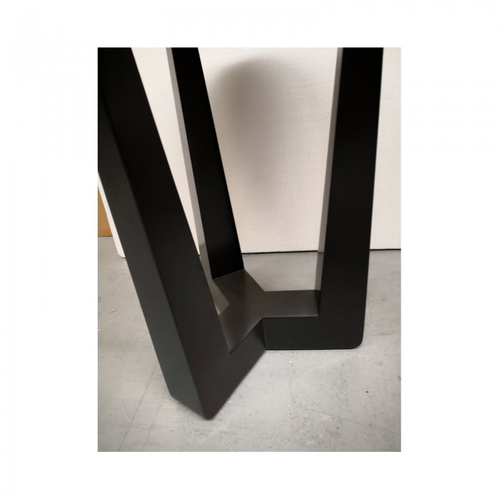 two design lovers round side table leg detail