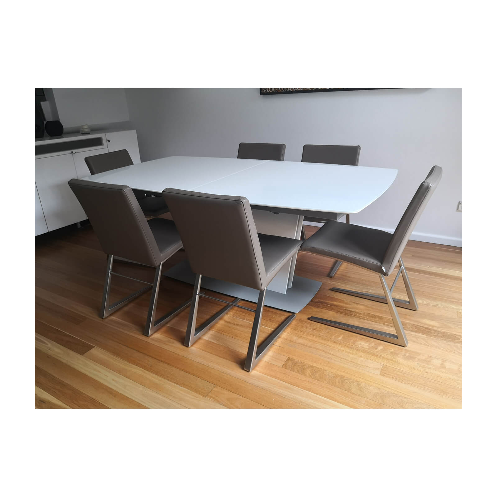 Bo Concept Milano extension dining table white set