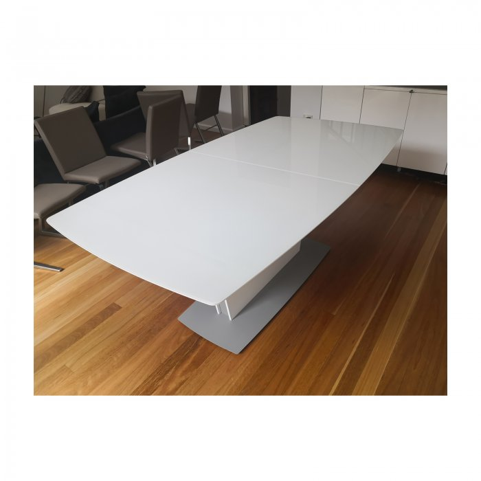 Bo Concept Milano extension dining table white top