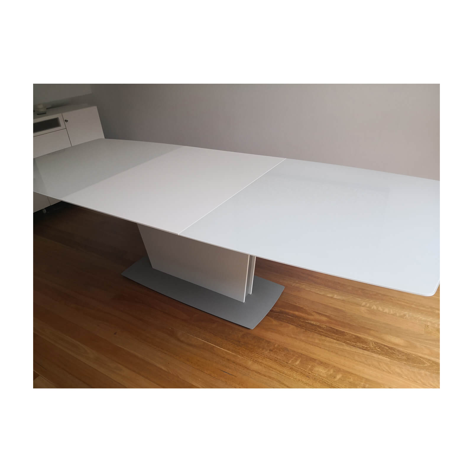 Bo Concept Milano extension dining table white open
