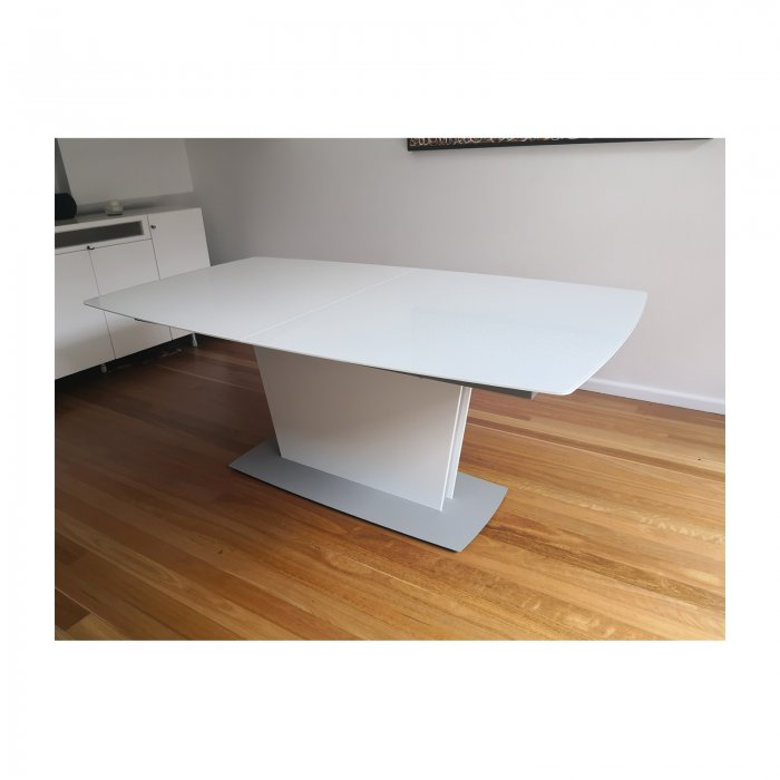 Bo Concept Milano extension dining table white closed