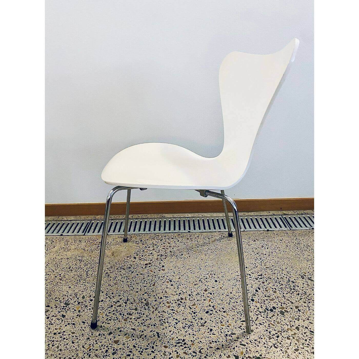 Fritz Hansen Arne Jacobsen Series 7 white lacquer chairs set of 4